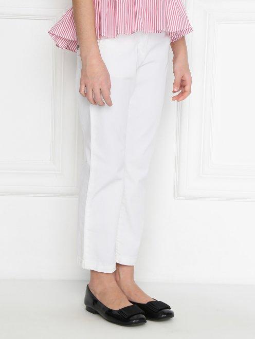 Широкие джинсы с декором на карманах - МодельВерхНиз