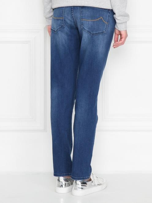 Укороченные джинсы с потертостями - МодельВерхНиз1