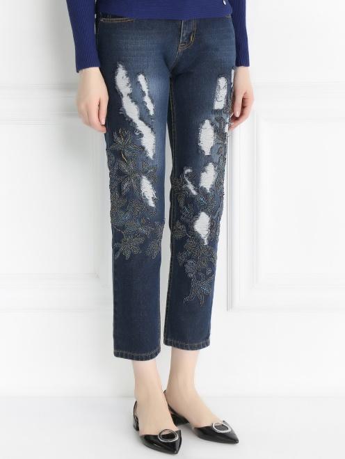 Укороченные джинсы с потертостями и вышивкой из бисера - Модель Верх-Низ