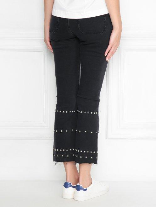 Укороченные джинсы с металлической фурнитурой - МодельВерхНиз1