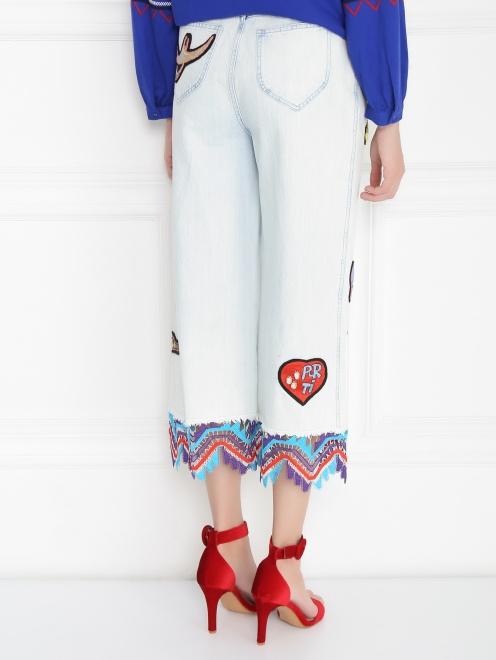 Укороченные джинсы из светлого денима с декоративной отделкой - Модель Верх-Низ1