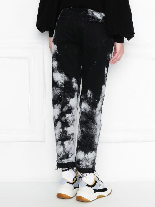 Укороченные джинсы из темного денима с узором - МодельВерхНиз1
