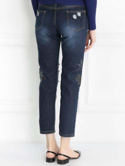Укороченные джинсы с потертостями и вышивкой из бисера - Модель Верх-Низ1