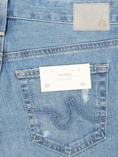 Укороченные джинсы прямого кроя с потертостями - Деталь